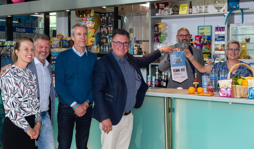 Lof voor Kora en Eelke van der Hak (rechts) van Badgast, die het certificaat uit handen van Mario Hegger krijgen. Verder op de foto v.l.n.r. Floor Volker, manager van het zwembad Freek Eshuis en Jan Cor de Boer (directeur van Spurd).