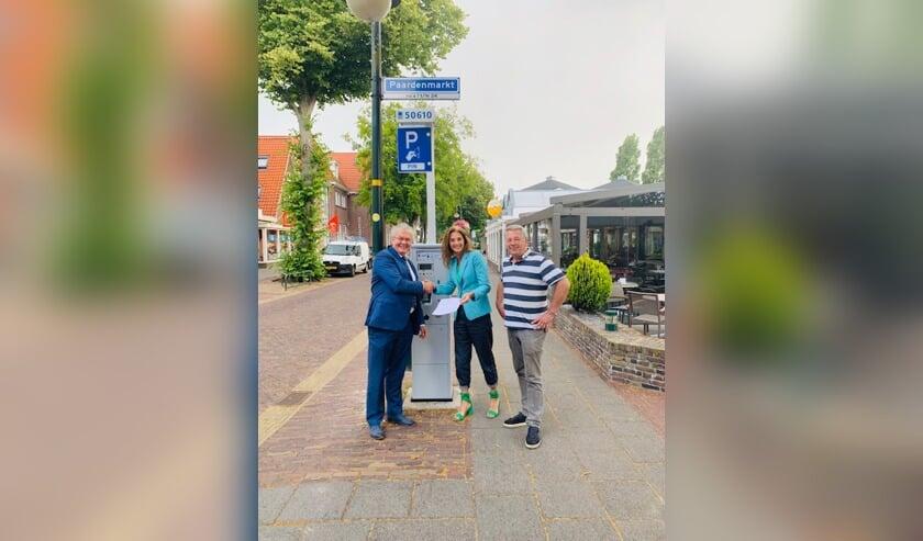 Bianca Meijer en Cees Berkhout bieden de handtekeningen aan aan wethouder Jan Houtenbos (l).