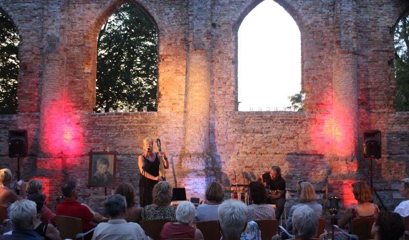 Intieme sfeer in de Ruïnekerk, tijdens het concert van SimonèZ.