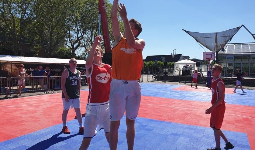 Veel strijd tijdens het basketball street event.