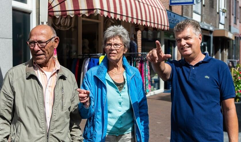 Richard Gort (rechts) wijst bezoekers de weg in de binnenstad.