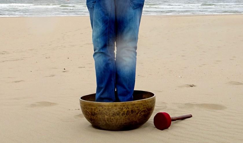 Nestel je in een klassieke rieten strandkorf, of maak het jezelf comfortabel door lekker te gaan liggen op een mat.