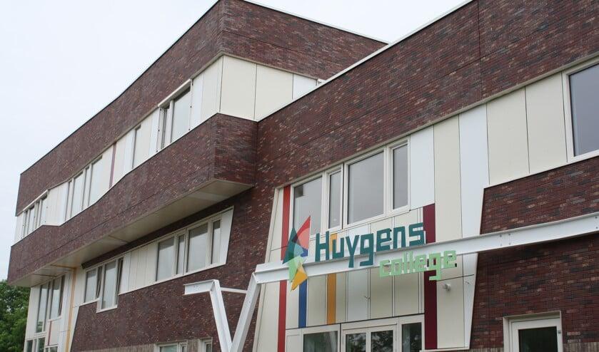 Het nieuwe logo bij de nieuwe ingang van de school aan de Middenweg.