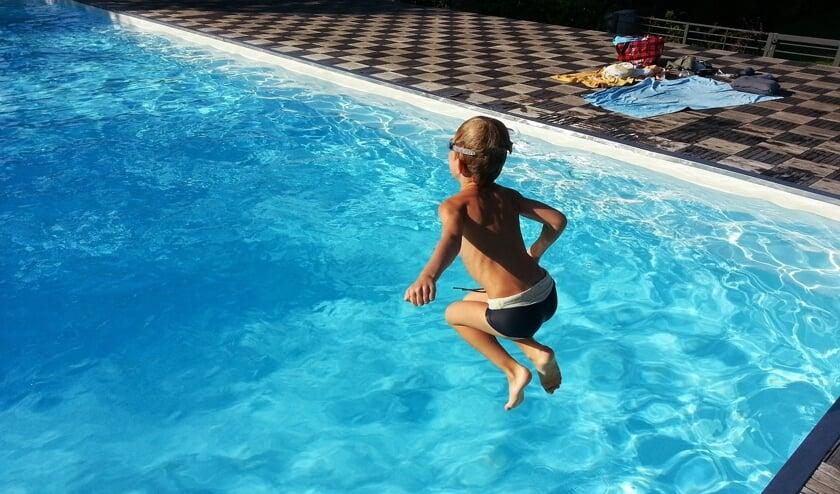 Zwemmen in een buitenbad.