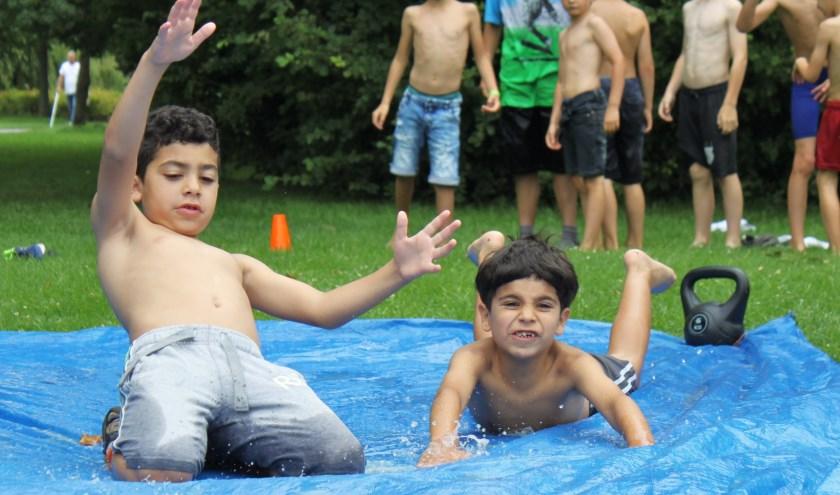 Kinderen vermaken zich volop tijdens de zomervakantie.