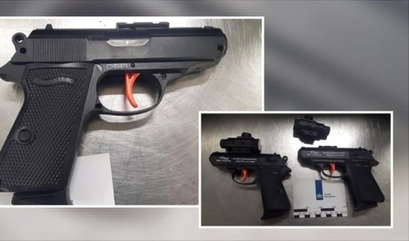 De aangetroffen nepwapens in de koffer van twee minderjarige jongens die met hun ouders reisden.