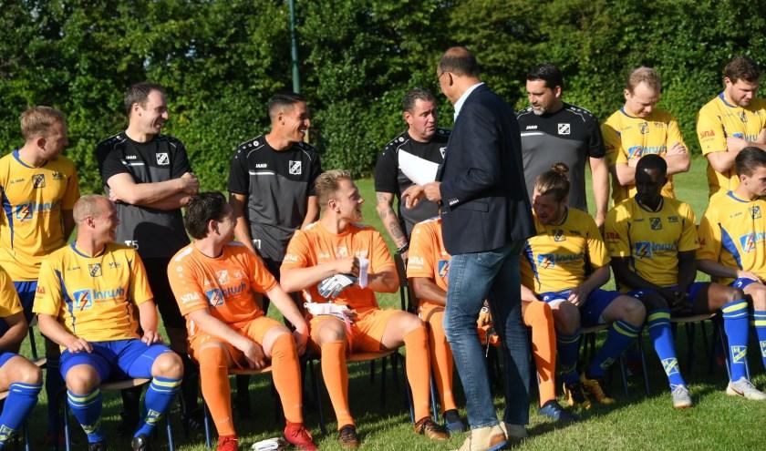 De spelers maken zich op  voor de elftalfoto.
