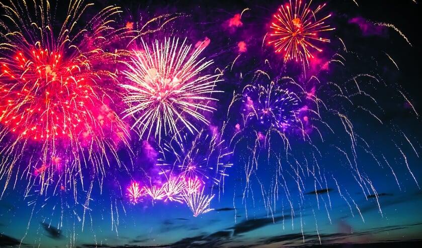 Kermisgangers en inwoners van Medemblik worden getrakteerd op prachtig vuurwerk boven het IJsselmeer.