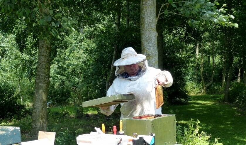 Imker Willem Nijhuis is veel bezig met zijn bijen.