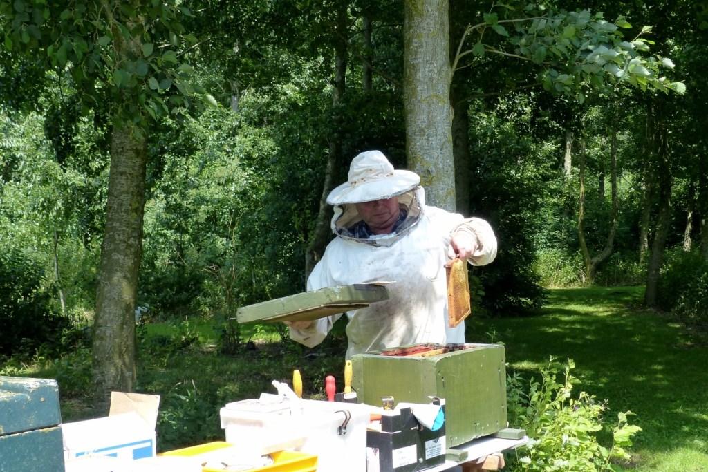 Imker Willem Nijhuis is veel bezig met zijn bijen. (Foto: Toos Brink) © rodi