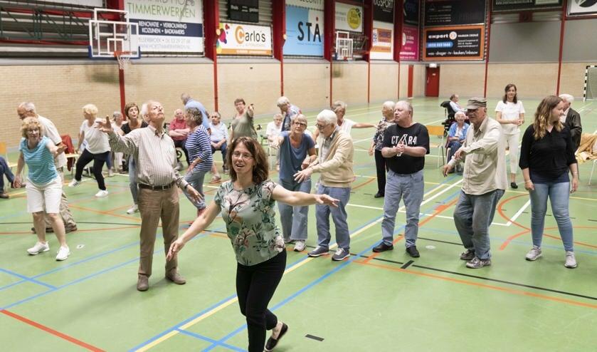 Dansende ouderen tijdens de Beweegdag.