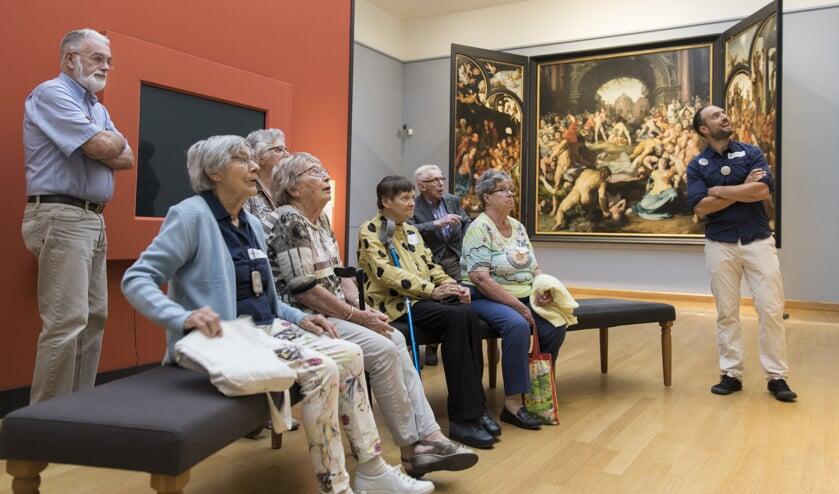 Ouderen ontmoeten de Haarlemse Helden via een reeks van zes interactieve rondleidingen door het Frans Hals Museum.