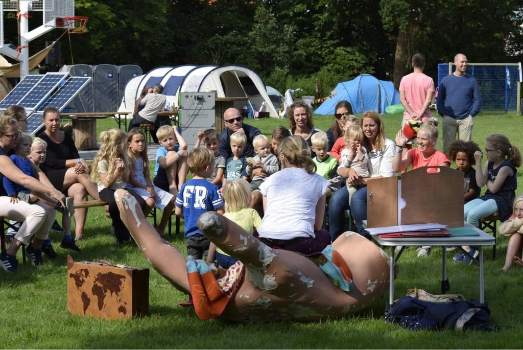 De Bieb Krommenie leest voor op het kampeerterrein. Foto: Yvette van der Does © rodi