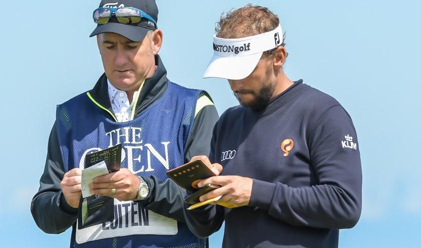 Joost Luiten overlegt op Royal Portrush met caddie John Dempster. De samenwerking stopte na The Open.