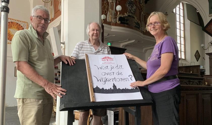 René Muetstege en Ria van Roon van Museum Kennemerland overhandigen het Jumboboek aan Bert Kisjes (midden.)