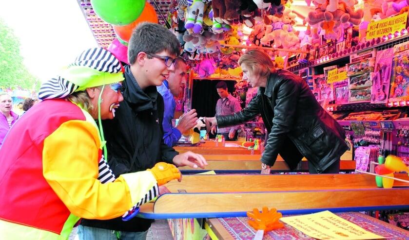 Clown Willy gaat met de cliënten op stap en gaat diverse attracties in.