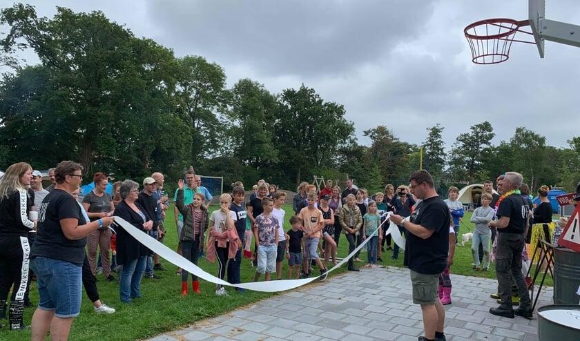 Kinderen openen Buurtcamping Agathepark traditioneel met: door de pleerol te rennen.