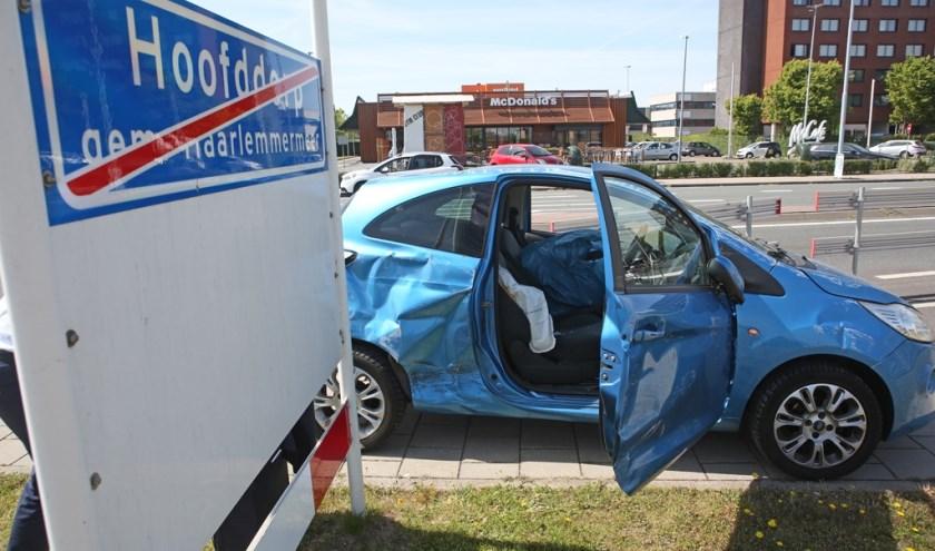 Bij het ongeval waren twee auto's betrokken. Beide raakten flink beschadigd.