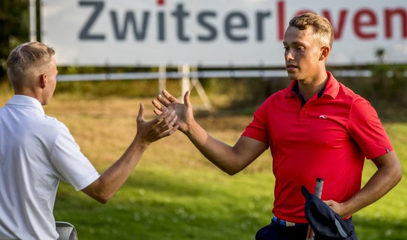 Klaar. Koen Kouwenaar neemt op de achttiende de felicitaties in ontvangst nadat zijn eindzege binnen is.