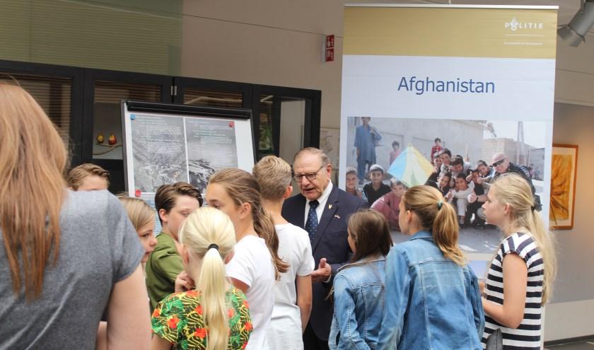 Scholieren bezoeken de tentoonstelling Veterans' View