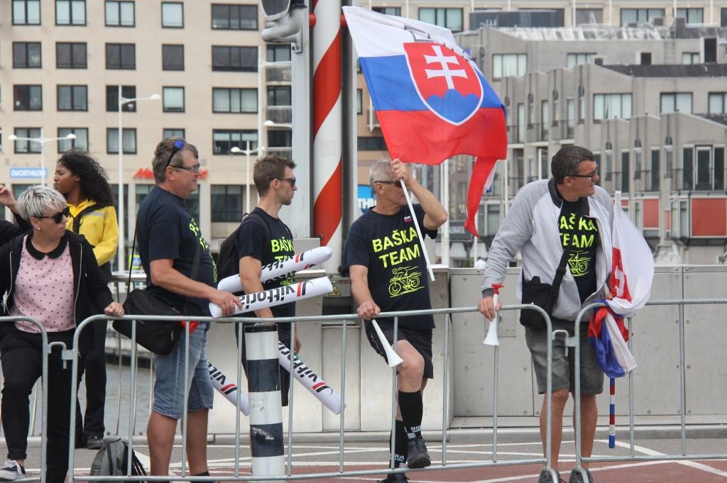 Fans van de Slowaakse wielrenner Erik Baska op de Kanaalkade (Foto: Frits van Eck) © rodi