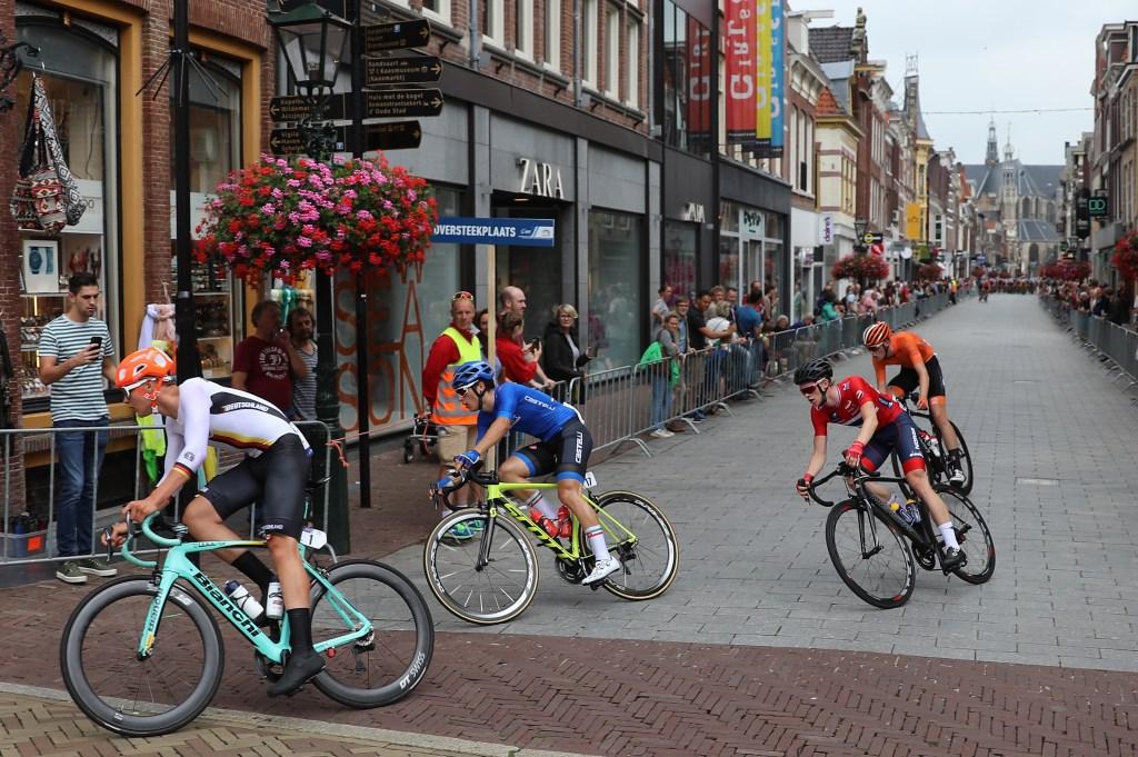 De koplopers in de beloftenkoers racen door de Langestraat. (Foto: Vincent de Vries) © rodi
