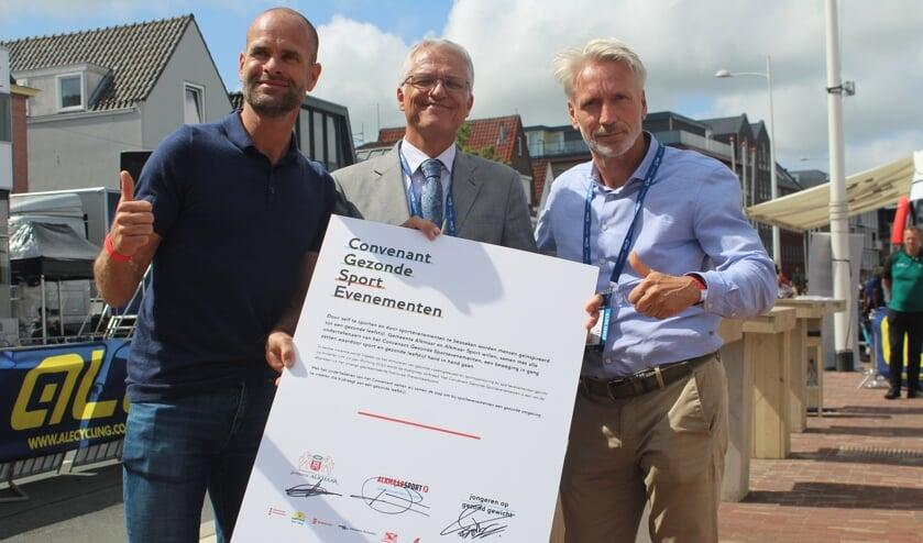 Het officiële moment van de ondertekening, met links JOGG-ambassadeur Erben Wennemars, in het midden wethouder Pieter Dijkman en rechts Vincent Thijssen van Alkmaar Sport.