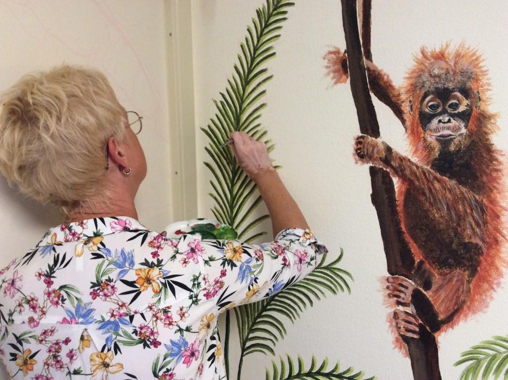 Marianne Brinkman aan het schilderen.  © rodi