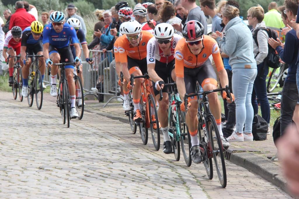 De kasseien van de Munnikenweg werden handig ontweken door de renners. (Foto: Frits van Eck) © rodi