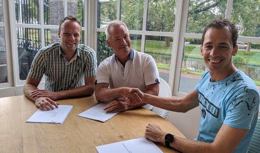 De kogel is door de kerk, het contract is ondertekend. In het midden Frits Dix.