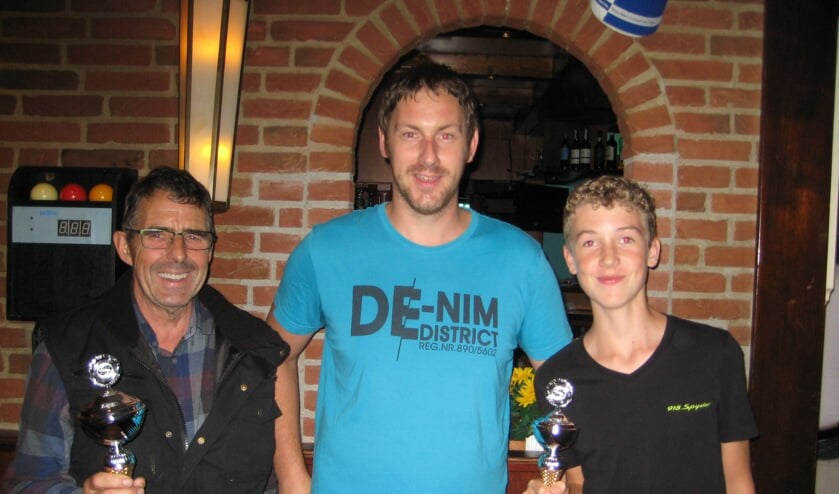 Café-eigenaar Ruben van De Schelvis (m) reikte de prijzen uit aan Kees Hoogeboom (l) en Mike Zuurbier.