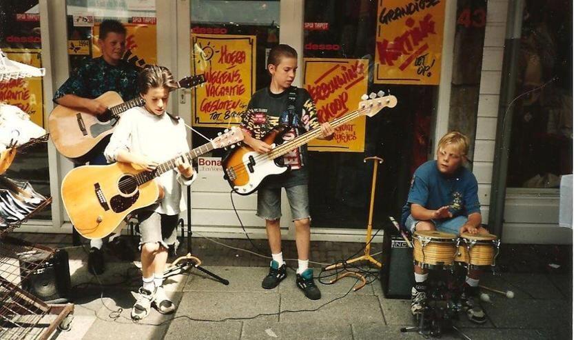 Winkel Spui Tapijt omstreeks 1994 tijdens Juttersmarkt. Vanaf links: Merijn Bakker (gitaar) Daniel van den Braak (gitaar) Dennis van den Braak (zang/bas gitaar), Ben Bakker (drums) voor het Spui tapijt tijdens Juttersmarkt.