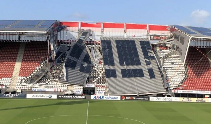 De ravage is enorm nadat een deel van het dak van het AZ-stadion door de storm naar beneden kwam.