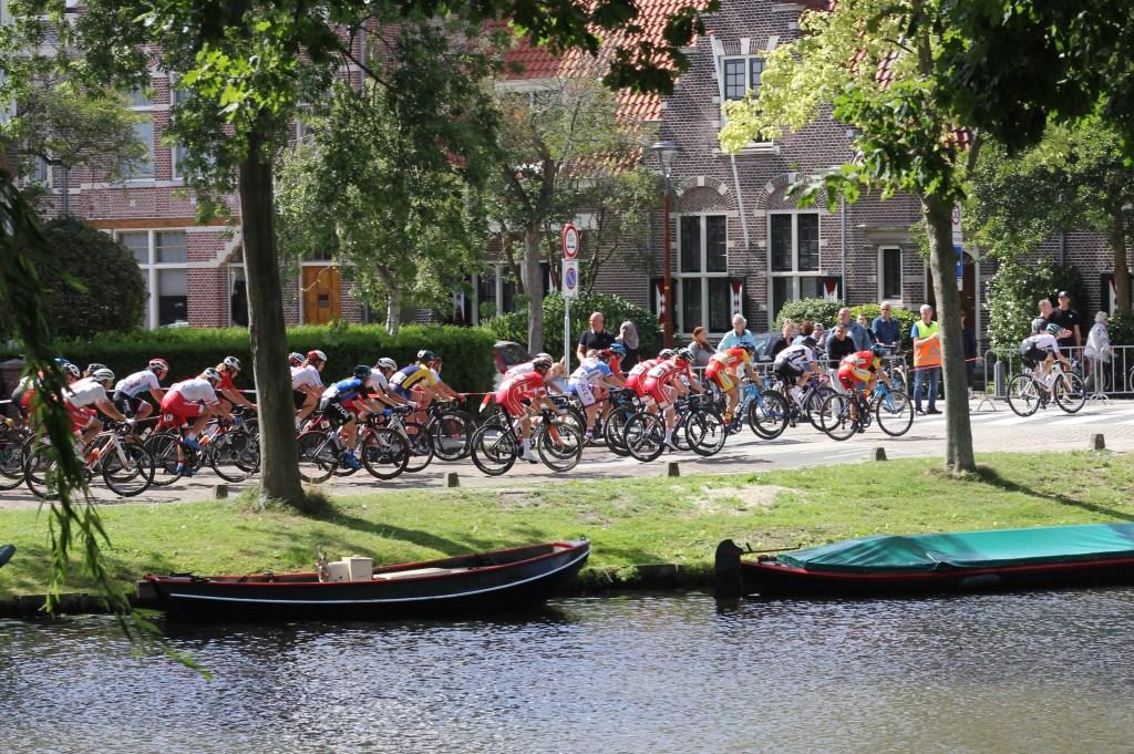 Het vrouwenpeloton raast door Alkmaar. (Foto: Frits van Eck) © rodi