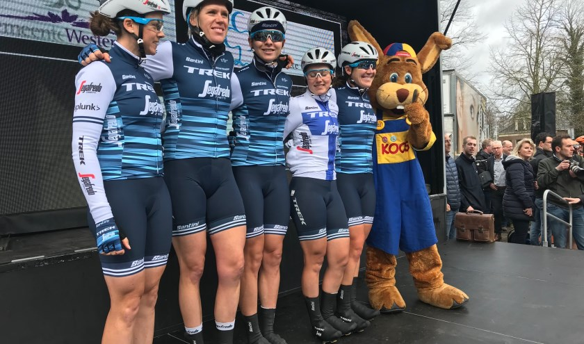 Team Trek-Segafredo, met als tweede van links Ellen van Dijk.