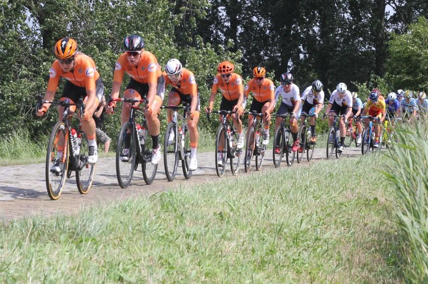 Oranje in een treintje aan kop bij de vrouwen elite.