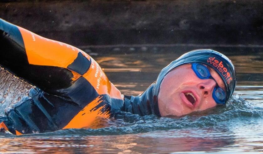 Maarten van der Weijden zwemt het IJsselmeer over naar Medemblik.