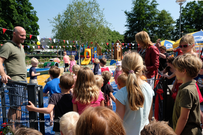 Burgemeester Luzette Kroon knipt het lint door van het nieuwe kleintjesplein in Monnickendam. (Foto: Ria Houweling-Bouwman/Waterland in Beeld)  rodi.nl © rodi