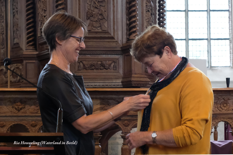 Voorzitter van de Waterlandse Kunstkring Vera Schoone (links) met erelid Malisca Muller (rechts) bij werk van Malisca. (Foto: Ria Houweling/Bouwman) rodi.nl © rodi