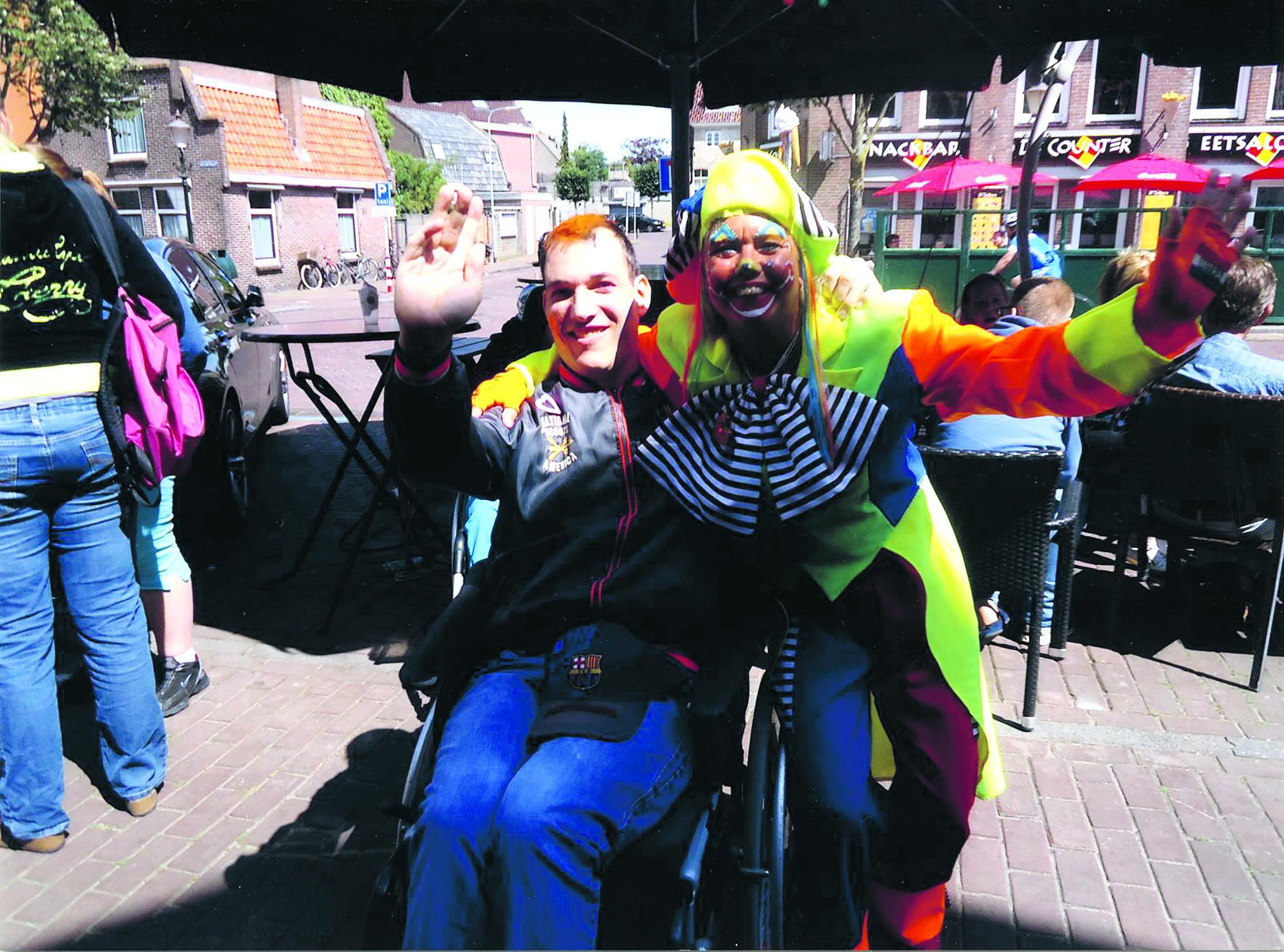 Clown Willy gaat met de cliënten op stap en gaat diverse attracties in. (Foto: aangeleverd) rodi.nl © rodi