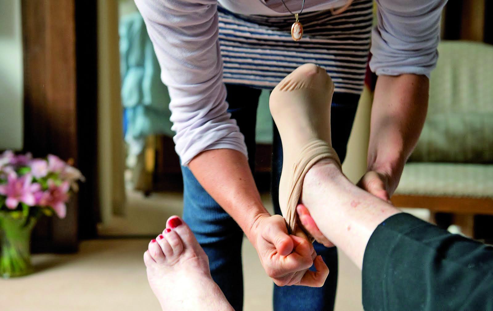 Wie langdurig en intensief voor een familielid zorgt, heeft recht op het mantelzorgcompliment. (Foto: archief)