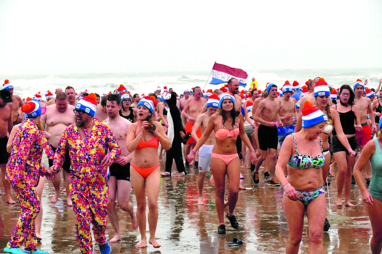 De traditionele Nieuwjaarsduik in Egmond aan Zee gaat toch door. (Foto: Archief Rodi Media)