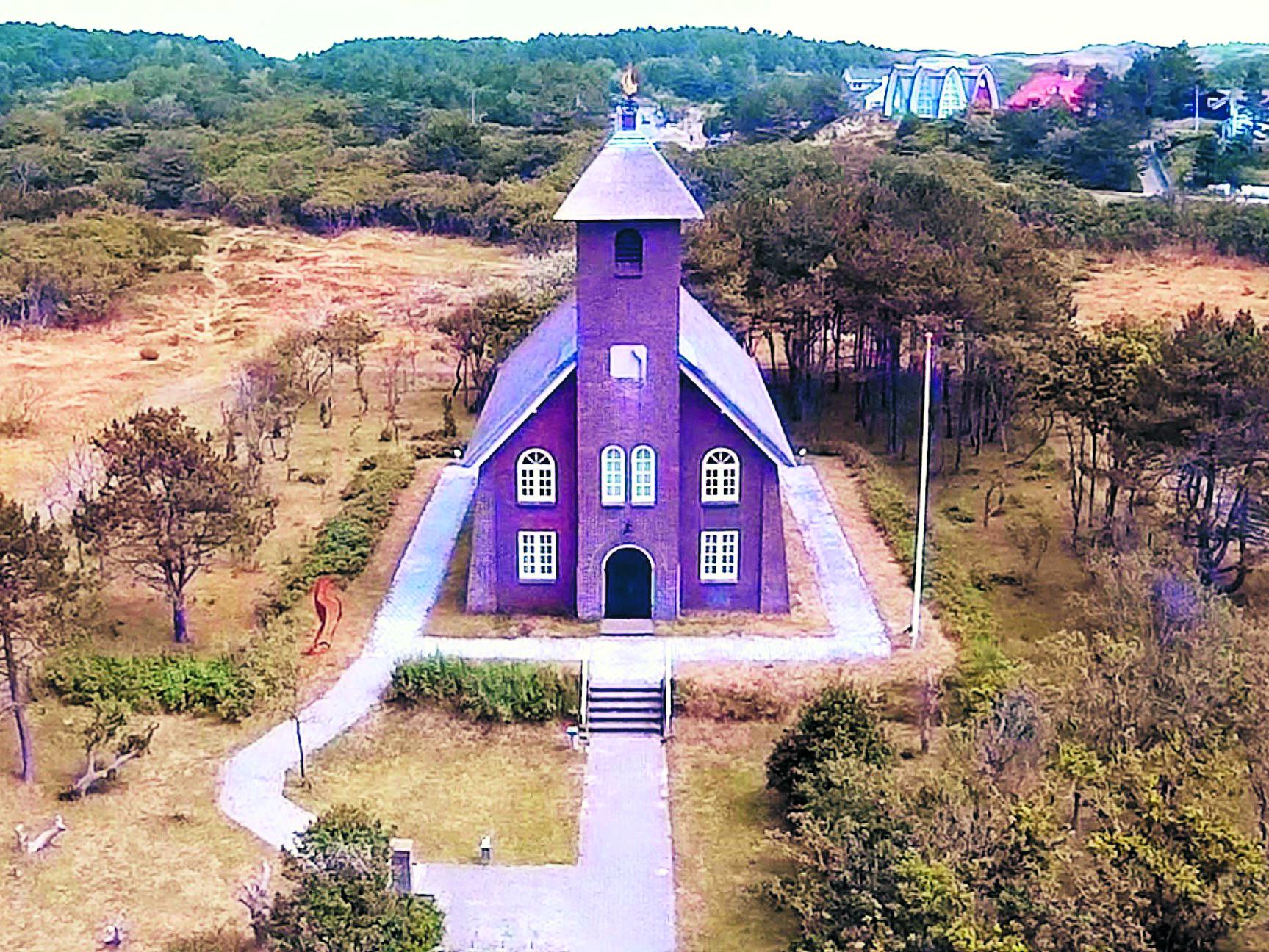 Het Vredeskerkje is de enige Nederlandse kerk met een rieten dak. (Archieffoto)