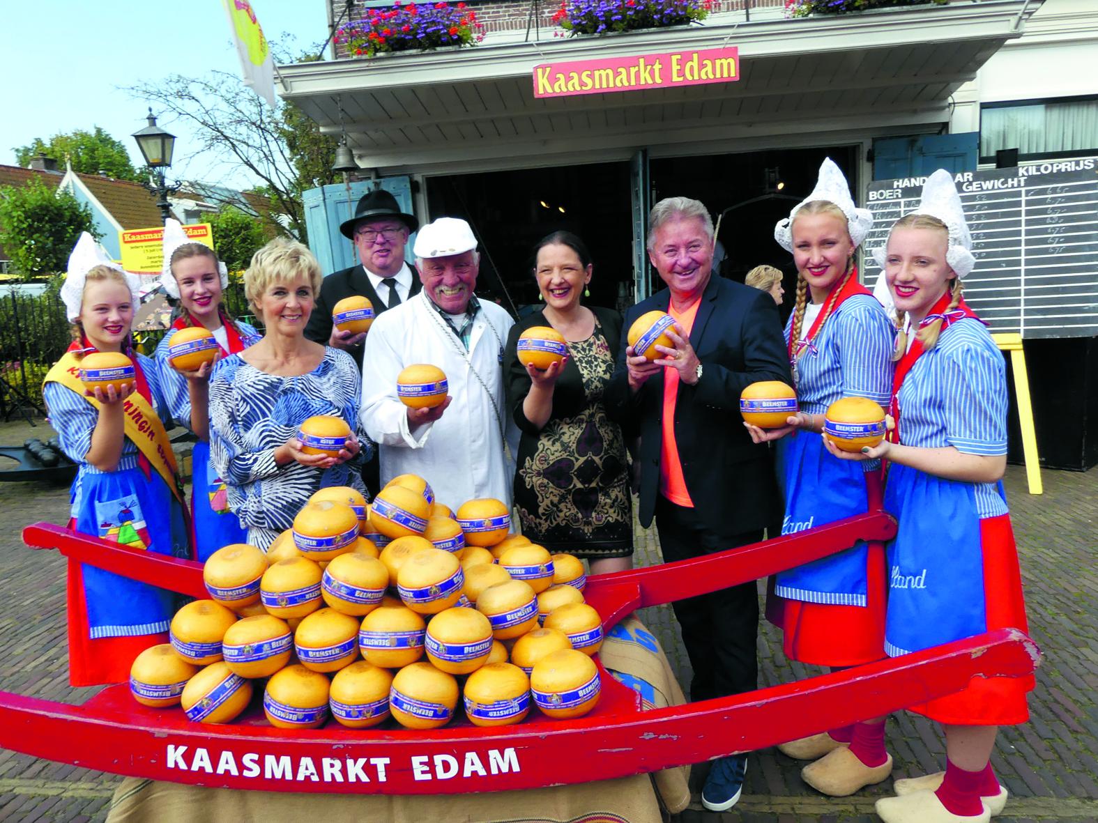 EDAM - Bij de laatste kaasmarkt van vorig seizoen waren Jan Keijzer en Annie Schilder de eregasten, bekend geworden als gezichtsbepalend duo van de succesvolle Volendamse formatie BZN. Zij luidden de bel ten teken van einde van de markt en traden ook nog op. (Foto: Cees Bandt)