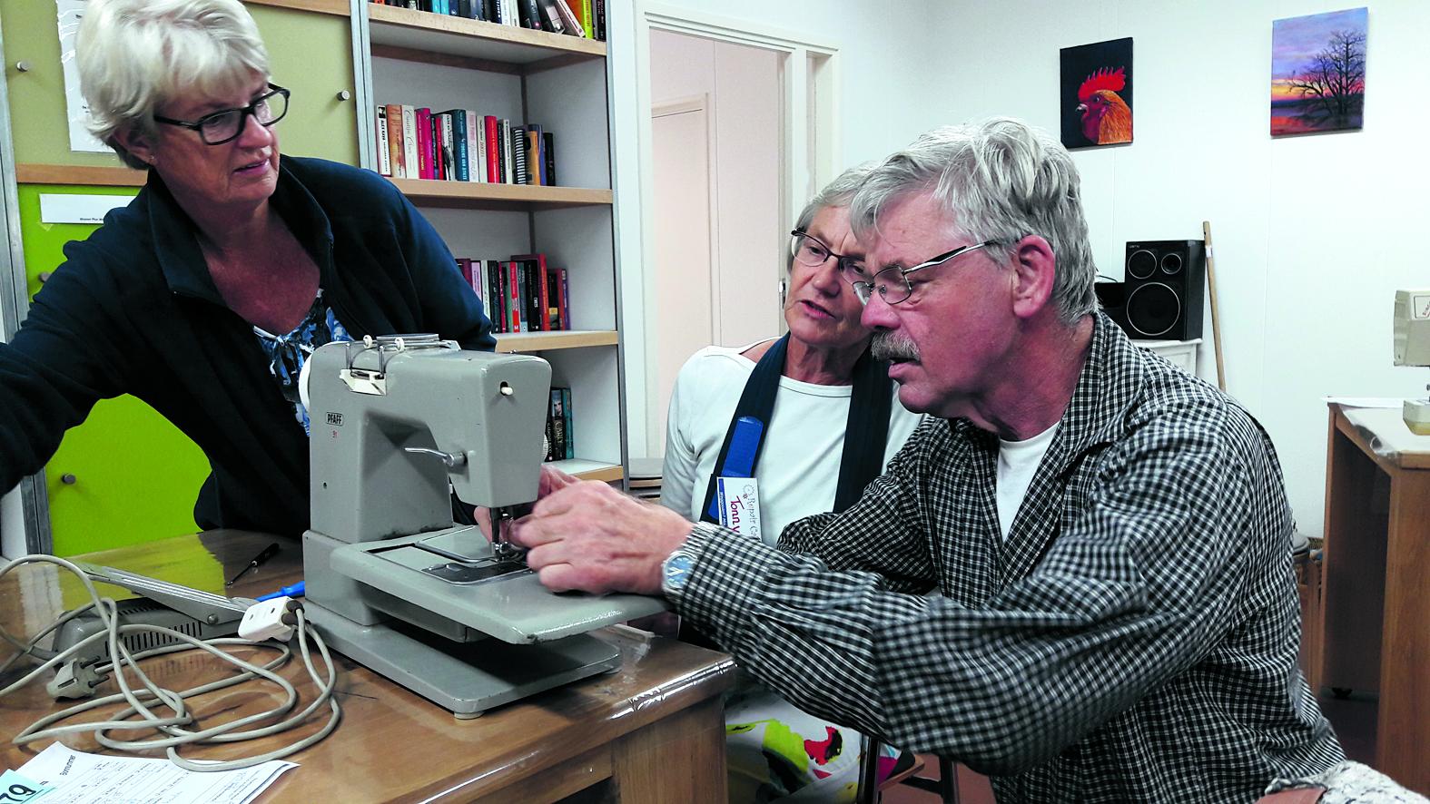 Ook met een kapot kledingstuk weten de vrijwilligers van Repair Café Heerhugowaard wel raad. (Foto: archief)