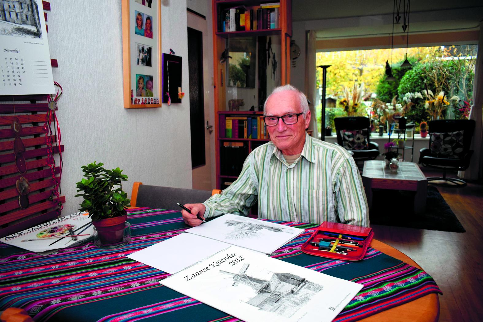 Dick Vonk in zijn woonkamer in Krommenie. (Foto: Yvette van der Does)