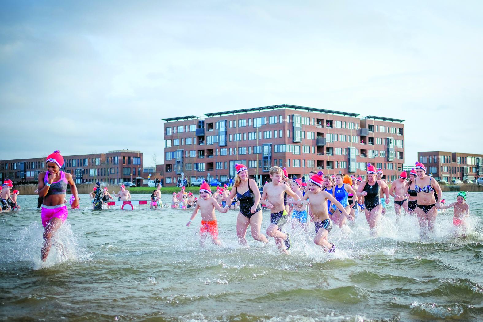 Wie durft 1 januari het koude water in te springen? (Foto: Richard Rood/ archief)