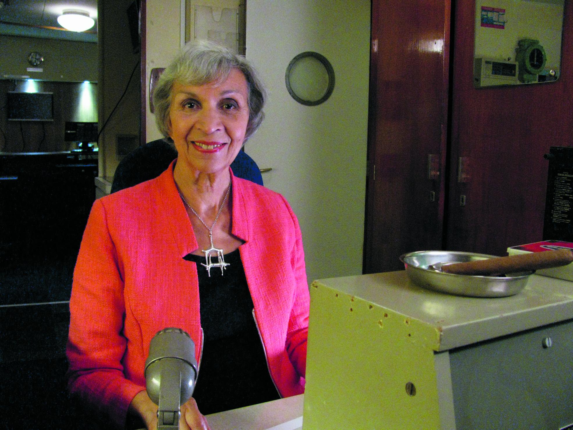 Eugènie Herlaar in de radiohut, aan boord van de SS Rotterdam. (aangeleverde foto's)