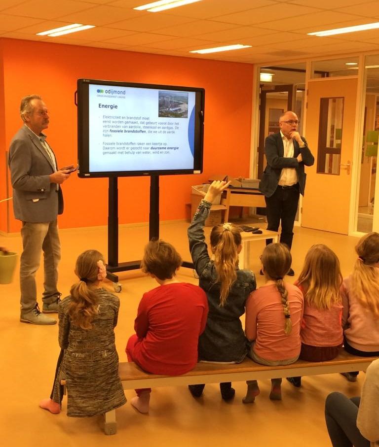 Wethouders Kees van Waaijen en Jeroen Schalkwijk geven les in duurzaamheid op OBS Wijdewormer. (Foto: aangeleverd)