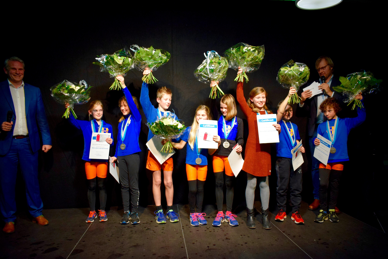 De mix team Pupillen BC van AV Lycurgus krijgt penningen overhandigd. (Foto: Yvette van der Does)